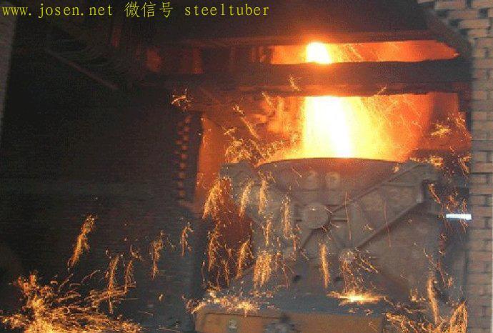 铁水注入到铁水包内,运输去炼钢厂,或送到铸铁机.jpg