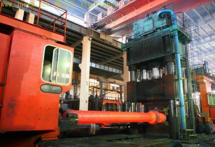用4000吨锻造水压机加工大型轴件.jpg
